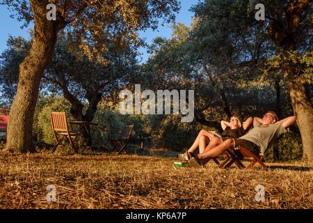 En bonne santé, de détente, d'hommes et femmes pour le coucher du soleil sur un fond naturel. Le voyage, le camping, Banque D'Images