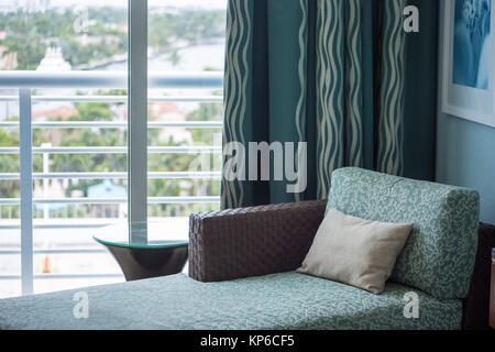 Beau bleu luxe chaise se prélasser avec la vue sur le balcon et l'eau du son dans un hôtel à Fort Lauderdale en Banque D'Images