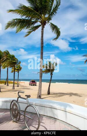 Vue sur les palmiers, l'océan sur la plage et l'océan sur la promenade et à la promenade. On peut voir une sculpture Banque D'Images