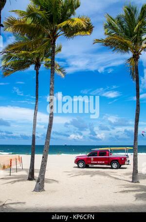 Vue sur les palmiers, l'océan sur la plage et l'océan rouge de sauvetage en camion entre les arbres, à Fort Lauderdale Banque D'Images
