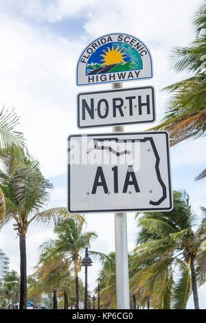 Vue de la route panoramique de la Floride et A1A North Face de palmiers signe, à Fort Lauderdale en Floride, USA. Banque D'Images