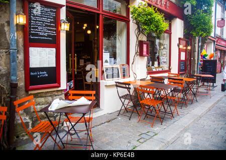À l'extérieur et à l'extérieur assis sur le trottoir étroit de la France juste devant le restaurant. Nous pouvons Banque D'Images