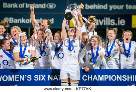 Photo de fichier en date du 17-03-2017 de l'Angleterre, le capitaine Sarah Hunter soulève le trophée des Six Nations Banque D'Images