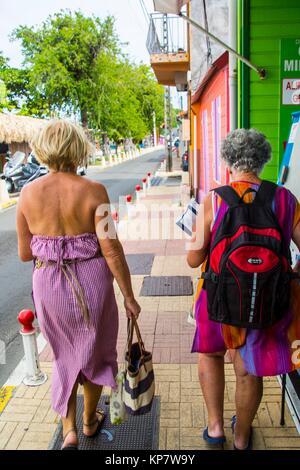 Portrait of senior woman retraités allant au marché local à l'île tropicale de la Martinique. Banque D'Images