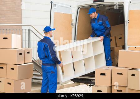 Le déchargement du camion Meubles déménageurs Banque D'Images