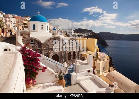 Vue de l'églises aux dômes bleus dans le village d'Oia par la falaise, Santorini, Cyclades, îles grecques, Grèce, Banque D'Images