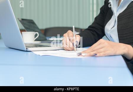 Mains de directeur financier en prenant des notes quand on travaille sur le rapport dans la salle de réunion, concept Banque D'Images