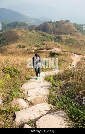 Jeune femme allant jusqu'au sommet de la montagne