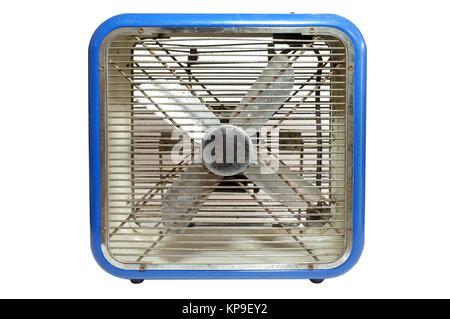 Ventilateur électrique rétro bleu sur fond blanc Banque D'Images