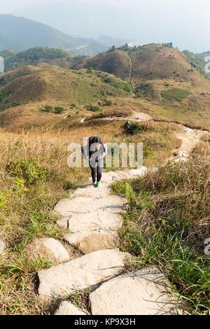 Asian Woman aller pour la randonnée en montagne Banque D'Images