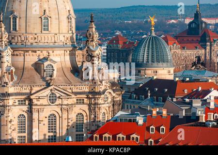 Vue aérienne de coupoles et toits de Dresde, Allemagne