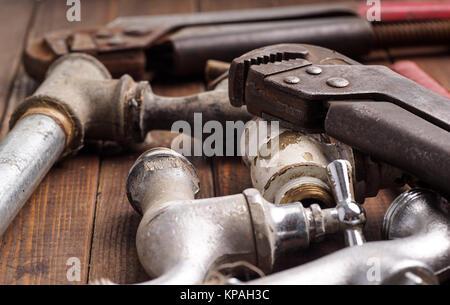 Outils de travail, la plomberie, les tuyaux et les robinets Banque D'Images