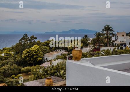 Vue de la végétation sur l'île de Panarea et contexte La Mer Tyrrhénienne Mer avec d'autres îles éoliennes à l'horizon Banque D'Images
