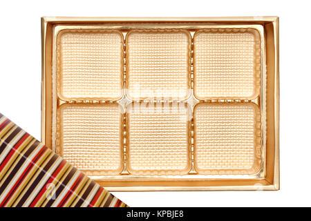 Boîte vide de bonbons de couleur or sur fond blanc
