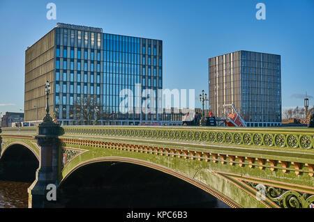 Ville de Glasgow College et Albert Bridge à Glasgow comme vu de la rive sud de la rivière Clyde. Banque D'Images
