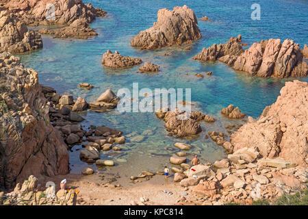 Plage de baignade à la côte rocheuse de Costa Paradiso, rochers de porphyre, Sardaigne, Italie, Méditerranée, Europe Banque D'Images