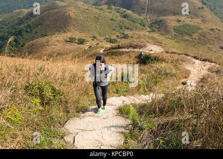 Femme Asiatique allant jusqu'au sommet de la montagne