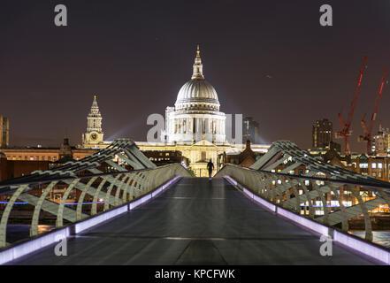 Millenium Bridge et la Cathédrale St Paul par nuit, Londres, Angleterre, Grande-Bretagne Banque D'Images