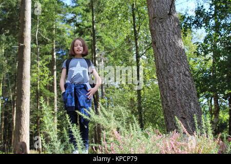 Jeune fille dans les bois Banque D'Images