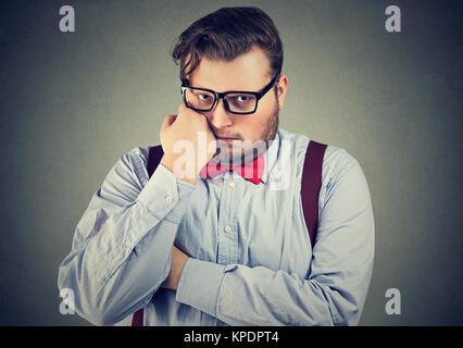 Jeune homme potelé dans vêtements habillés à la jaloux et lonely looking at camera. Banque D'Images