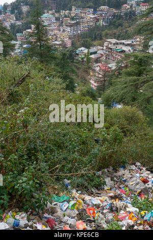 Amas de déchets plastiques et autres déchets ménagers jetés vers le bas d'une banque, d'une vue trop commune de Mcleod Ganj, Inde