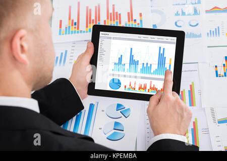D'affaires l'analyse graphique sur tablette numérique Banque D'Images