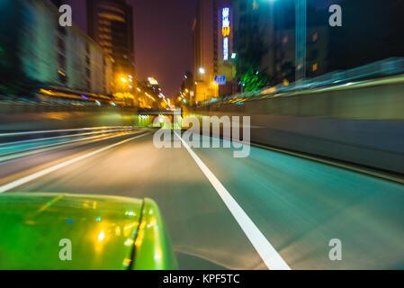 Vue du trafic à partir de la fenêtre de voiture sur route en Chine. Banque D'Images