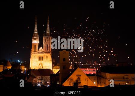 Lanternes flottantes festival à Zagreb, Croatie avec cathédrale en arrière-plan Banque D'Images