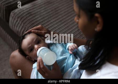 Moment de l'alimentation de bébé Banque D'Images