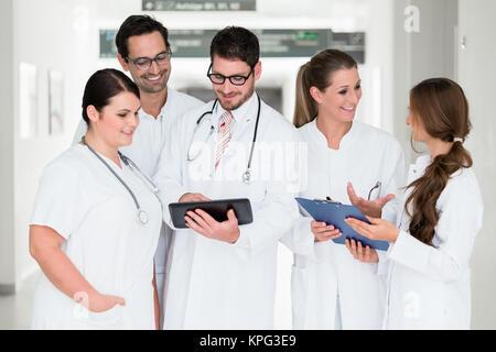 Équipe de médecins à l'hôpital est debout dans le couloir Banque D'Images