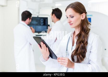 Femme médecin avec des collègues à l'hôpital au scanner Banque D'Images