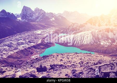 Belle vue de sommet Gokyo Ri, tons de couleur ultra violet photo, région de l'Everest, au Népal. Banque D'Images