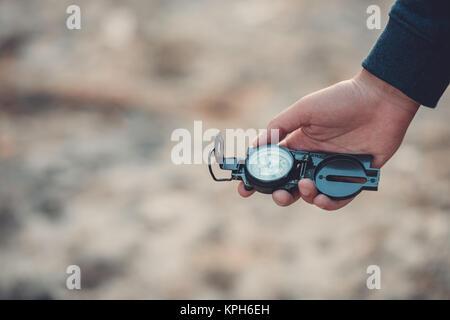 Man holding compass Banque D'Images