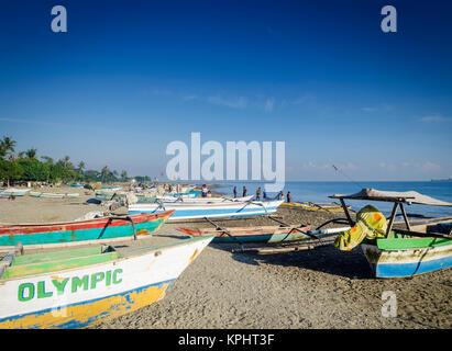 Avec les bateaux de pêche traditionnels de la côte sur la plage de Dili au Timor Leste