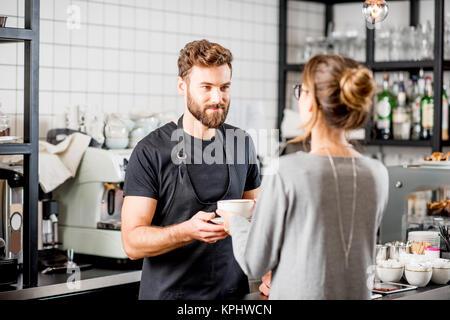 Barista avec client au café Banque D'Images