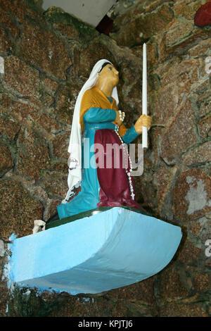 Vierge Marie chrétien culte avec Marie portant bougie sur le bord de la route, l'île de La Digue, aux Seychelles. Banque D'Images