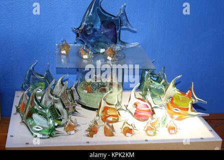 Support d'écran avec des groupes de variété de poissons-anges de couleur sur lightbox à la main à partir de verre recyclé pour la vente, Royaume du Swaziland. Banque D'Images
