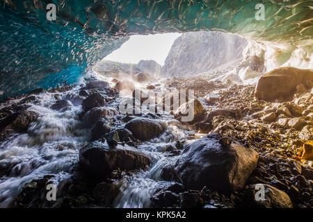 L'eau en cascade sur les rochers à l'intérieur d'une grotte sous la glace de glacier en racine Wrangell-St. Elias National Park, Alaska, États-Unis d'Amérique