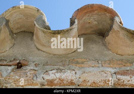 Close up de bordure de toit tuile espagnol incurvé Banque D'Images