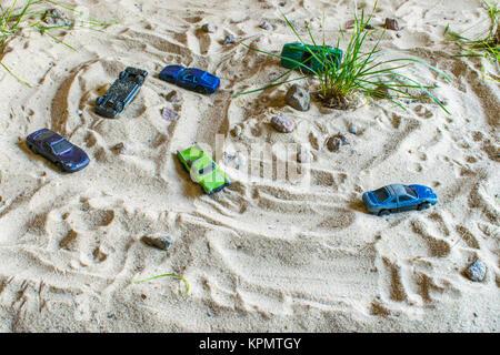 Les voitures de course sur le sable la concurrence qui est plus rapide. Une piste très difficile et beaucoup de Banque D'Images