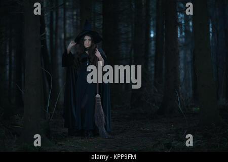 Avec un balai de sorcière dans la forêt Banque D'Images