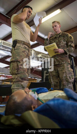 Le sergent de l'US Air Force. Julio Rojas (à gauche), affecté à la 870e Escadron d'évacuation aéromédicale, simule Banque D'Images