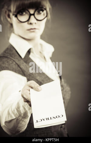 Documents d'entreprise - concept juridique grave gros plan businesswoman holding contrat en main