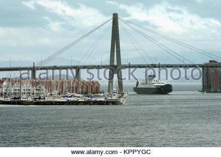 Traversier de passagers de voiture sous le pont suspendu de port entrant dans le port de Stavanger, Stavanger, Rogaland, Banque D'Images