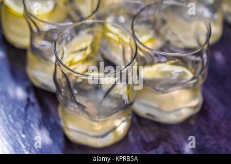 De boissons alcoolisées avec du citron Banque D'Images