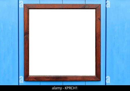 Cadre en bois blanc sur le mur. L'intérieur blanc et fond bleu clair, de l'espace pour le texte.