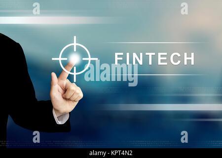 La main d'affaires financières ou en poussant la technologie fintech bouton sur une interface d'écran tactile Banque D'Images