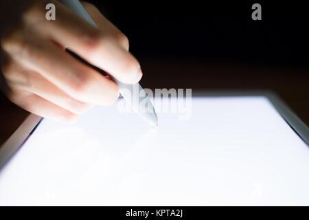 Dessin femme quelque chose sur tablet pc Banque D'Images