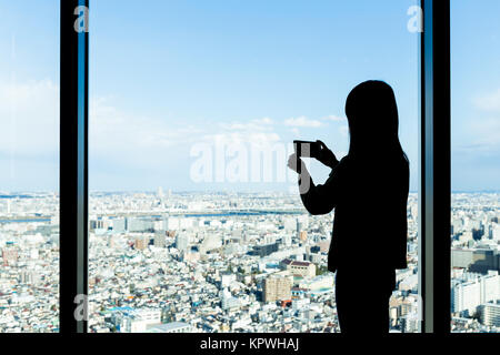 Silhouette of woman shooting photo Banque D'Images