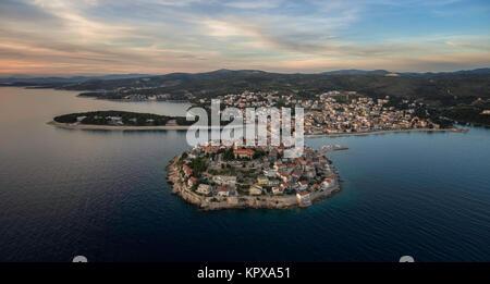 Superbe vue aérienne sur la ville de Primosten au cours de la magnifique coucher de soleil, Mai 2016 Banque D'Images